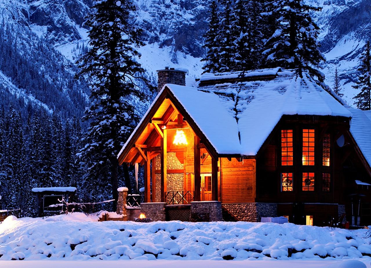 Belle maison recouverte de neige
