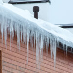 Toiture de maison en hiver