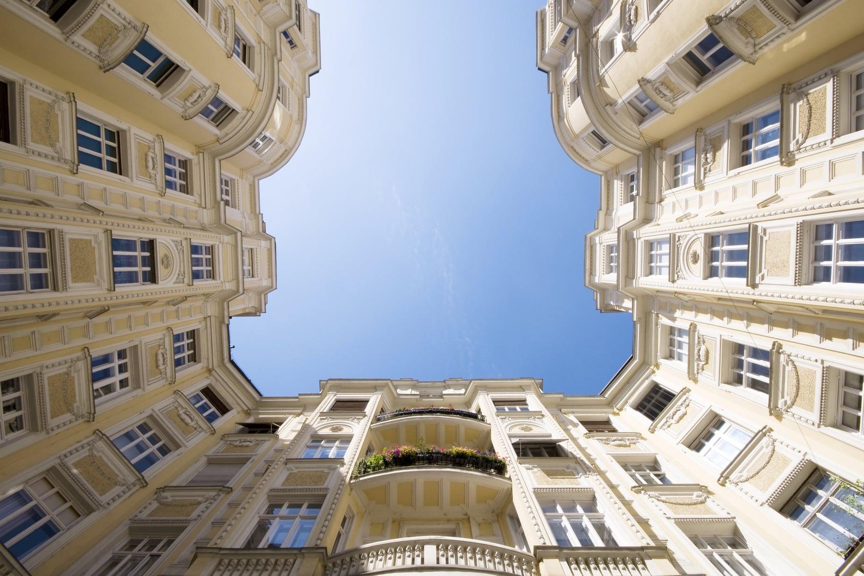 La vue dégagée de la cour d'un immeuble en copropriété